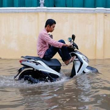 Tips Aman Menerjang Banjir, Pas Buat Ojol