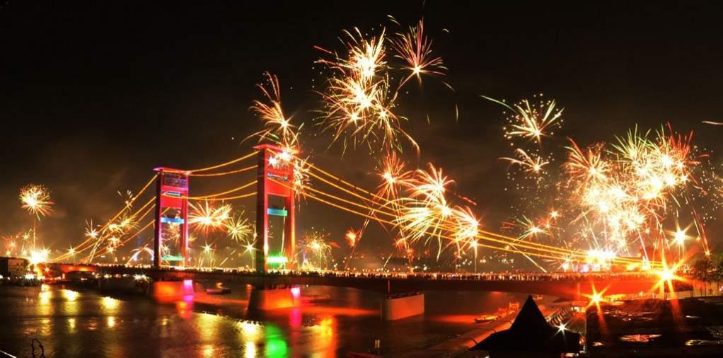 kembang api jembatan ampera