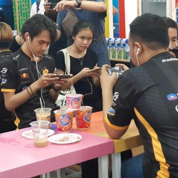 Main PUBG Makan POP MIE di PRJ Bareng Tim RRQ