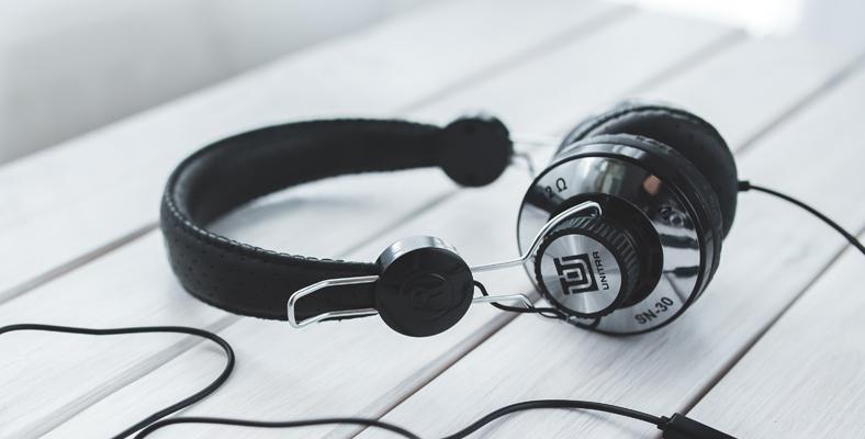 cara membersihkan headphone