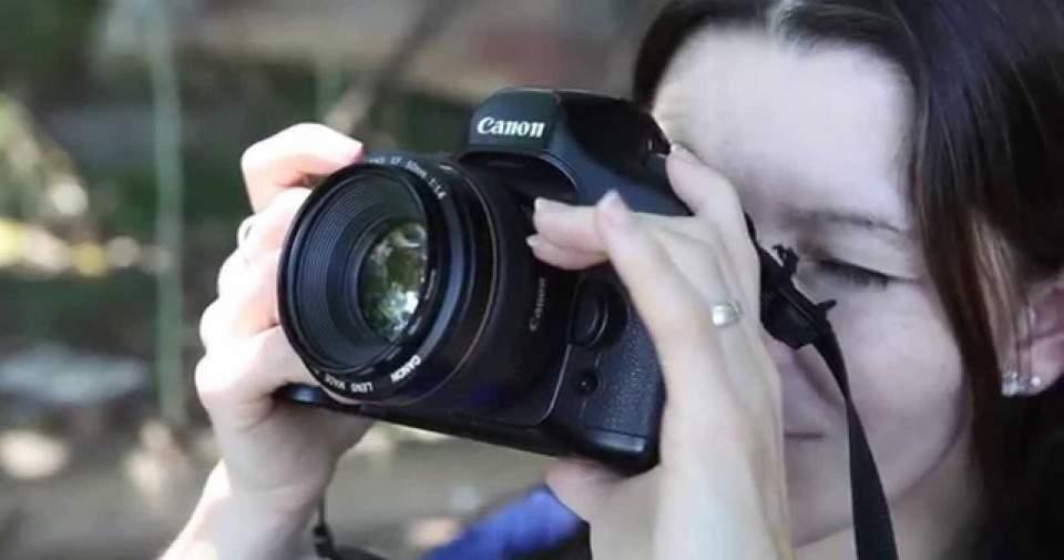 Teknik Terbaik Memegang Kamera DSLR Seperti Fotografer Profesional