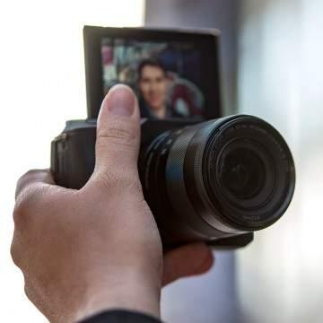 11 Kamera Mirrorless Terbaik 2019 untuk Selfie Dengan Layar Putar