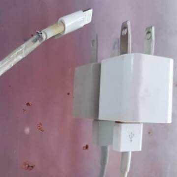 Seorang Remaja Vietnam Tewas Akibat Menindih Kabel Charger iPhone Saat Tidur
